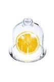一半在一个玻璃烧瓶的一个柠檬 免版税库存照片