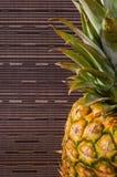 一半在右边的菠萝在灰色镶边背景,水平的射击 免版税库存照片