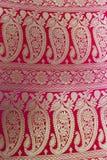 一半完成的Benarashi莎丽服红色和金子 免版税库存图片
