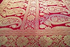 一半完成的Benarashi莎丽服红色和金子 免版税库存照片