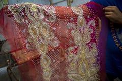一半完成的Benarashi莎丽服红色和金子 库存照片