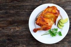 一半开胃烤水多的鸡 库存照片