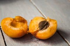 一半成熟杏子 库存照片