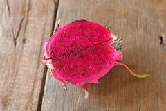 一半成熟龙果子或pitahaya果子 免版税库存图片