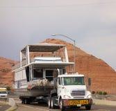 一半拖拉在桥梁的一艘居住船在亚利桑那 库存照片
