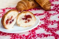 一半新月形面包,在桌上的大,可口新月形面包 新鲜的ba 免版税库存图片
