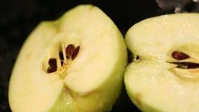 一半新鲜的苹果为烹调健康点心做准备,甜水多的果子 股票视频
