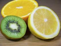 一半柠檬、猕猴桃和桔子 库存图片