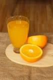 一半橙汁和玻璃顶视图 免版税库存照片