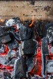 一半烧了煤炭关闭  免版税图库摄影