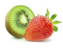 一半猕猴桃和草莓在白色背景 免版税库存照片