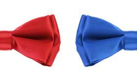 一半红色和蓝色蝶形领结。 免版税库存图片