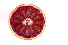 一半红色在白色隔绝的血液西西里人的桔子 库存图片