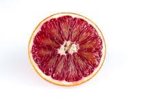 一半红色在白色隔绝的血液西西里人的桔子 图库摄影