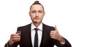 一半被刮的年轻人对负玻璃与酒精显示喜欢 免版税图库摄影