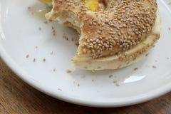 一半被吃的百吉卷三明治 库存图片