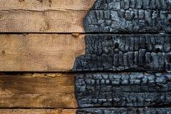一半被烧焦的木头 库存照片
