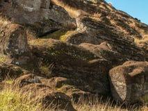 一半被雕刻的Moai 免版税库存图片