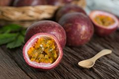 一半西番莲果和有机passionfruit在木篮子,木背景 库存照片