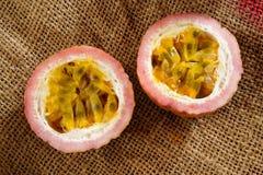 一半passionfruit 库存照片