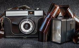 一卷老照相机、闪光和影片磁带 图库摄影