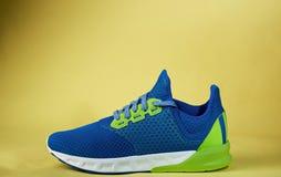 一双五颜六色的新的运动鞋鞋子 免版税图库摄影