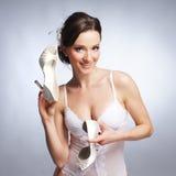 一双新和愉快的新娘藏品婚礼鞋子 免版税库存照片