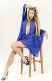 一双清楚的蓝色长袍和蓝色鞋子的美丽的长发金发碧眼的女人 库存照片