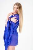 一双清楚的蓝色长袍和蓝色鞋子的美丽的长发金发碧眼的女人 库存图片