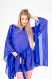 一双清楚的蓝色长袍和蓝色鞋子的美丽的长发金发碧眼的女人 图库摄影
