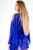 一双清楚的蓝色长袍和蓝色鞋子的美丽的长发金发碧眼的女人 免版税图库摄影