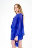 一双清楚的蓝色长袍和蓝色鞋子的美丽的长发金发碧眼的女人 免版税库存图片