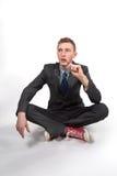 一双灰色夹克和红色运动鞋的年轻人在一个空白背景 免版税库存图片