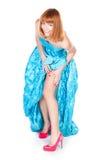 一双蓝色礼服和红色鞋子的美丽的妇女 免版税库存图片