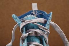 一双蓝色运动鞋上面没有松紧带的 免版税库存照片