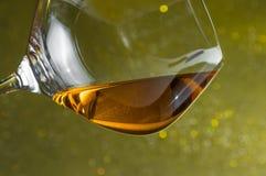 一口威士忌酒在典雅的玻璃的白兰地酒与文本的空间 库存照片