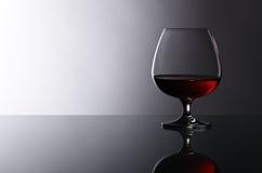 一口威士忌酒在玻璃桌上的白兰地酒 库存图片