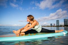 一口瑜伽实践边弯姿势的运动少妇在丙氨酸 库存图片
