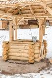 一古老木很好手工 与桶和绳索的特写镜头 免版税图库摄影