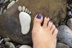 一只人脚的版本记录从石头的 图库摄影