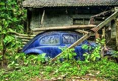 一只光亮的蓝色VW甲虫 免版税库存照片
