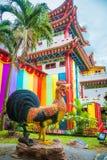 一只公鸡的大雕象在寺庙吉隆坡附近的 图库摄影