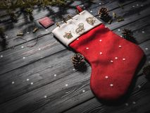 一只圣诞老人` s红色袜子的特写镜头在黑暗的委员会的 图库摄影