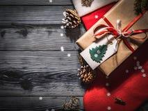 一只圣诞老人` s红色袜子的顶视图在黑暗的委员会的 免版税图库摄影