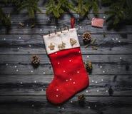 一只圣诞老人` s红色袜子的顶视图在黑暗的委员会的 库存照片