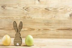 一只复活节兔子用两个复活节彩蛋 免版税库存图片