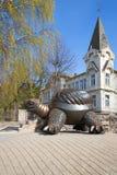 一只大乌龟的雕塑在一个春日 Jurmala,拉脱维亚 免版税图库摄影