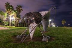 一只大蚊子的雕象在堤防的一个公园在老特拉维夫区在以色列 库存照片