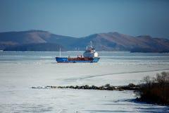 一只大集装箱船在一个冻海湾的停泊处在Slavyanka附近村庄在滨海边疆区 库存图片
