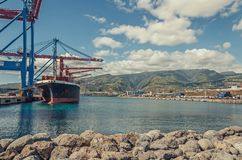 一只大集装箱船在口岸装载货物 免版税图库摄影